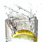 Glas með vatni og sítrónu í